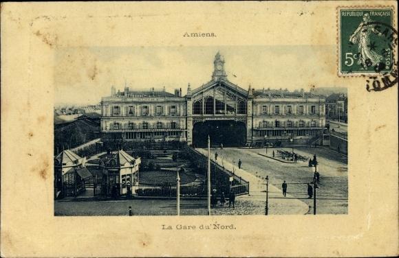 Ak Amiens Somme, La Gare du Nord La Gare, Blick auf den Bahnhof, Straßenseite