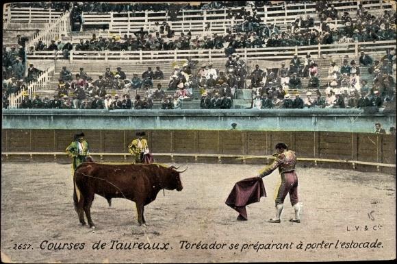 Ak Courses de Taureaux, Toréador se préparant à porter l'estocade, Stierkampf in der Arena, Torero