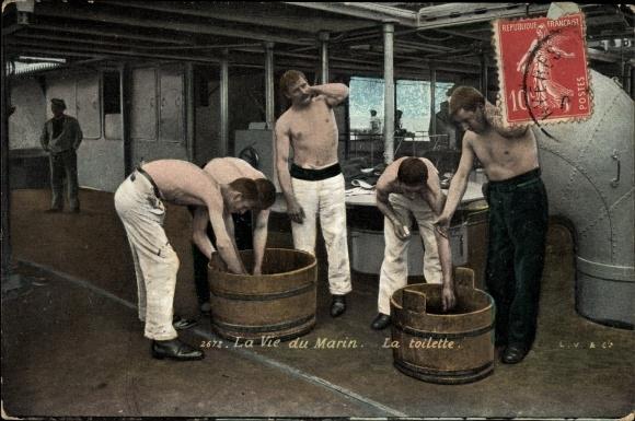 Ak La Vie du Marin, la toilette, französische Seeleute waschen sich