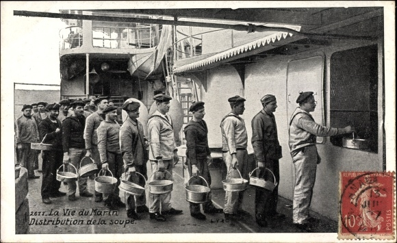 Ak La Vie du Marin, distribution de la soupe, Seeleute bei der Essensausgabe an Bord