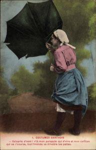 Ak Costumes Sarthois, Frau in Volkstracht mit Regenschirm im Sturm