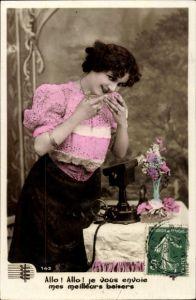 Ak Allo, je vous envoie mes meilleurs baisers, Frau am Telefon