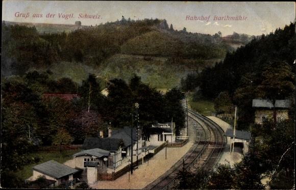 Ak Barthmühle Pöhl Vogtland, Blick auf den Bahnhof und Umgebung, Bahnstrecke