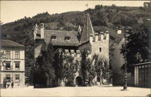 Ak Meran Merano Südtirol, Landesfürstliche Burg, Straßenpartie im Ort