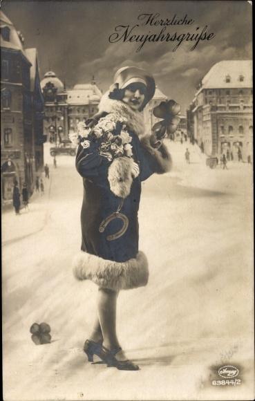Ak Glückwunsch Neujahr, Frau mit Kleeblättern und Hufeisen, Amag 63844 2