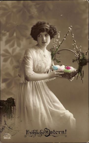 Ak Glückwunsch Ostern, Frau in weißem Kleid und Körbchen mit Ostereiern