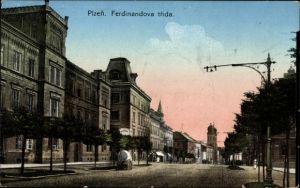 Ak Plzeň Pilsen Stadt, Ferdinandova trida, Straßenpartie, Kirchturm, Gebäude