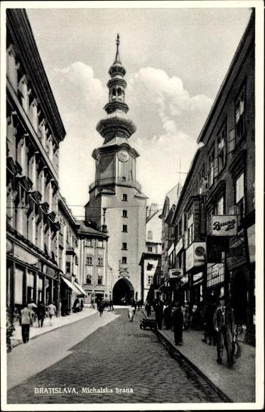 Ak Pressburg Bratislava Slowakei, Michalska brana, Straßenpartie mit Uhrenturm, Geschäfte