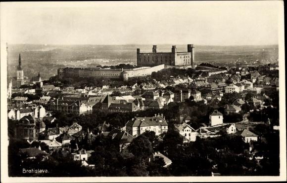 Ak Pressburg Bratislava Slowakei, Gesamtansicht der Stadt mit Burganlagen