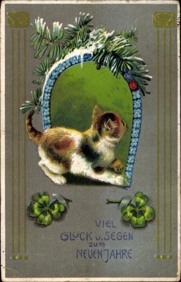 Präge Litho Glückwunsch Neujahr, Katzenbaby unter einem Hufeisen aus blauen Blüten, Kleeblätter