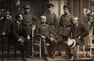 Foto Ak Drei Soldaten in Uniformen und drei sitzende Männer in Anzügen, I.WK