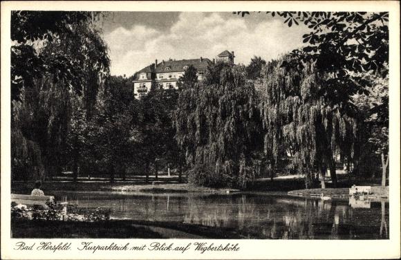 Ak Bad Hersfeld in Hessen, Kurparkteich mit Blick auf Wigbertshöhe
