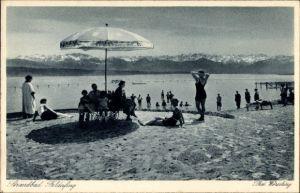 Ak Feldafing in Oberbayern, Badegäste im Strandbad, Sonnenschirm