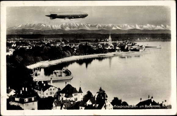 Ak Friedrichshafen am Bodensee, Luftschiff über der Stadt, Zeppelin, Fliegeraufnahme