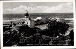 Ak Kołobrzeg Kolberg Pommern, Leuchtturm mit Hafeneinfahrt bei Windstärke 9