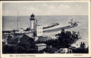 Ak Kołobrzeg Kolberg Pommern, Leuchtturm, Hafeneinfahrt, Blick aufs Meer