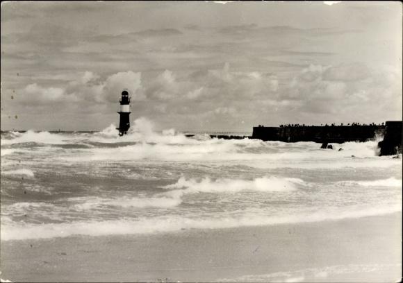 Ak Rostock Warnemünde, Brandung an der Mole, Blick zum Leuchtturm
