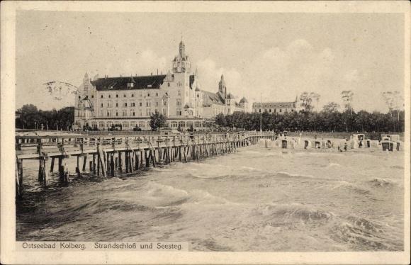 Ak Kołobrzeg Kolberg Pommern, Partie am Seesteg, Blick auf das Strandschloss
