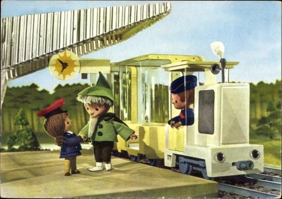 Ak Unser Sandmännchen, Sandmann, DDR Kinderfernsehen, Sandmännchen auf dem Bahnhof, Eisenbahn