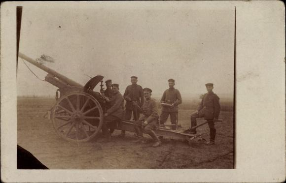 Foto Ak Deutsche Soldaten an einer Haubitze, Geschütz, Artillerie, I. WK