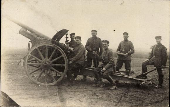Foto Ak Deutsche Soldaten an einer Haubitze, Geschütz, Kanone, Artillerie, I. WK