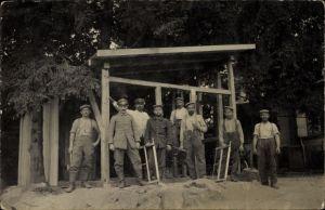 Foto Ak Deutsche Soldaten beim Bau eines Unterstandes, Sägen, Holzgerüst, I. WK