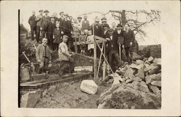 Foto Ak Maurer oder Pflasterleger auf einer Baustelle, Gruppenportrait