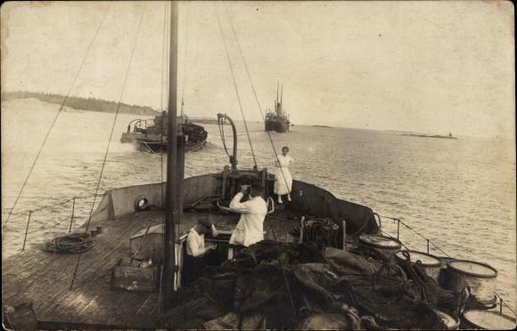 Foto Ak Deutsche Matrosen an Bord eines Schiffes, Zwei Schiffe im Schlepptau eines Dampfers