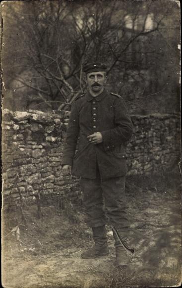 Foto Ak Deutscher Soldat in Uniform, Portrait, I. WK, Zigarre