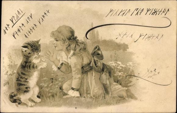 Präge Ak Mädchen spielt mit einer Hauskatze auf einer Wiese