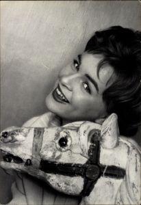 Ak Schauspielerin und Sängerin Conny Froboess, Portrait mit einem Holzpferd