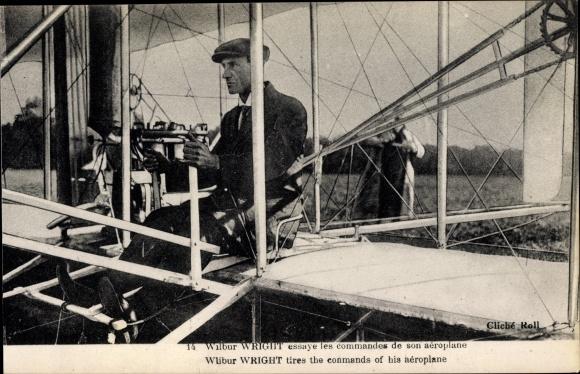 Ak Wilbur Wright essaye les commandes de son aéroplane, Biplan, Flugpionier