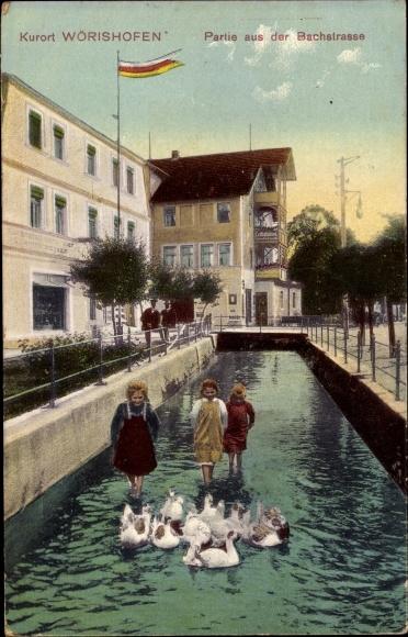 Ak Bad Wörishofen im schwäbischen Kreis Unterallgäu, Partie aus der Bachstraße, Kinder, Wassertreten