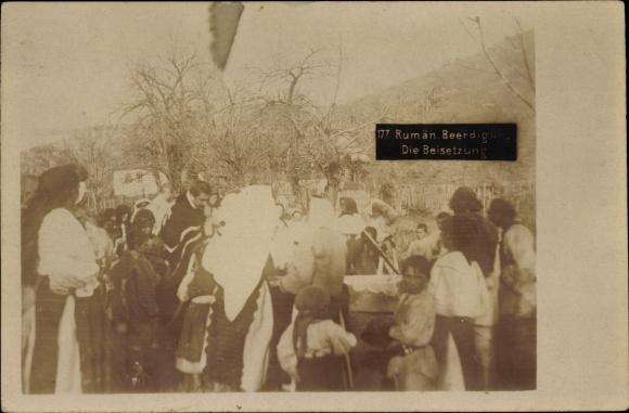 Foto Ak Rumänien, Rumänische Beerdigung, Die Beisetzung