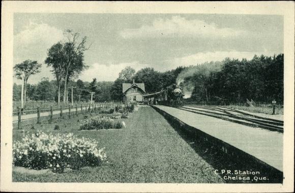 Ak Chelsea Québec Kanada, CPR Station, Blick auf den Bahnhof, Dampflok, Eisenbahn