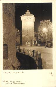 Ak Kraków Krakau Polen, Brama Florianska, Florianer Tor, Nachtbeleuchtung