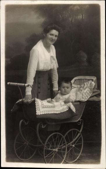 Foto Ak Baby in einem Kinderwagen, Mutter daneben stehend