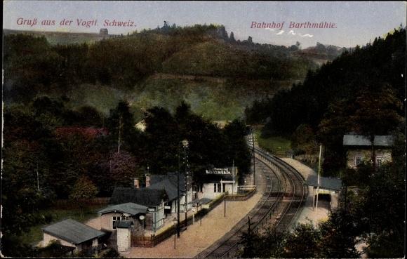 Ak Barthmühle Pöhl Vogtland, Blick auf den Bahnhof und Umgebung, Eisenbahnstrecke