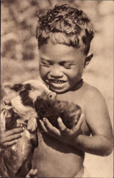 Ak Ozeanien, Missions d'Océanie, Deux amis, Junge füttert ein Schwein mit einer Kokosnuss