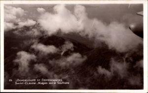 Ak Saint Claude Guadeloupe, Nuages sur la Soufriere, Berggipfel, Wolken, Fliegeraufnahme