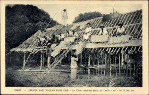 Ak Samkita Gabun, Construction d'une case, Afrikaner beim Hausbau, Dachdecker