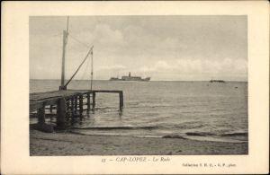 Ak Cap Lopez Gabun, La Rade, Partie am Hafen mit Blick auf das Meer, Dampfschiff