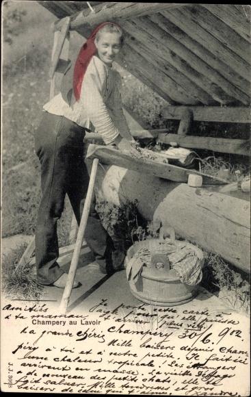 Ak Champery au Lavoir, Frau in Tracht beim Wäsche waschen