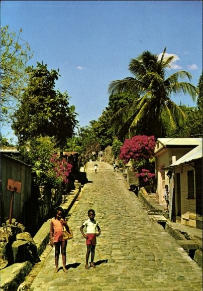 Ak Saint Pierre Martinique, Rue pavée de l'ancien St. Pierre, Gepflasterte Straße im Ort