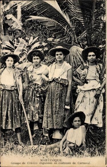 Ak Martinique, Groupe de Creoles deguisees en costumes de Carnaval