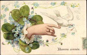 Präge Litho Glückwunsch Neujahr, Frauenhand, Brieftaube, Kleeblatt, Vergissmeinnichtblüten