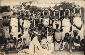 Ak Libreville Gabun, Corps de Ballet pour l'Iwenga, Gruppe in Gewändern, Stammesoberhaupt