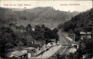 Ak Barthmühle Pöhl im Vogtland, Blick zum Bahnhof mit Umgebung