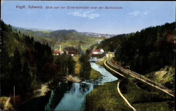 Ak Barthmühle Pöhl im Vogtland, Blick von der Elstertalbrücke zur Barthmühle, Wald