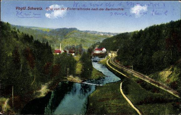 Ak Barthmühle Pöhl im Vogtland, Blick von der Elstertalbrücke zur Barthmühle, Fluss, Wald